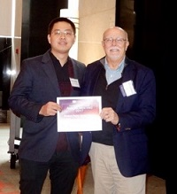 Meichen Wang receiving his poster award from SRP Director Suk